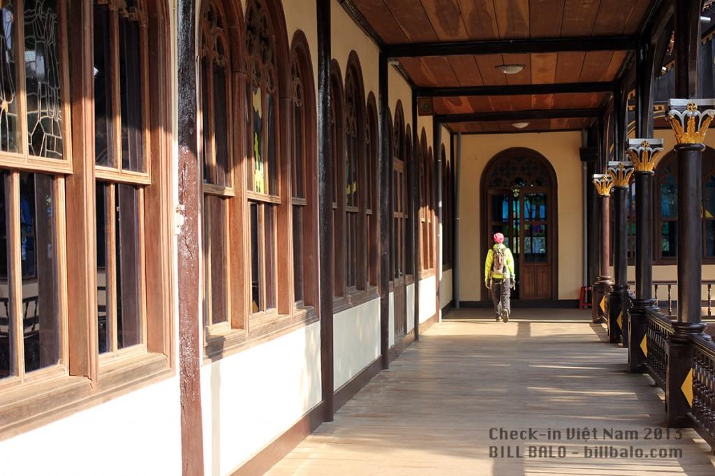 Bên ngoài nhà thờ gỗ