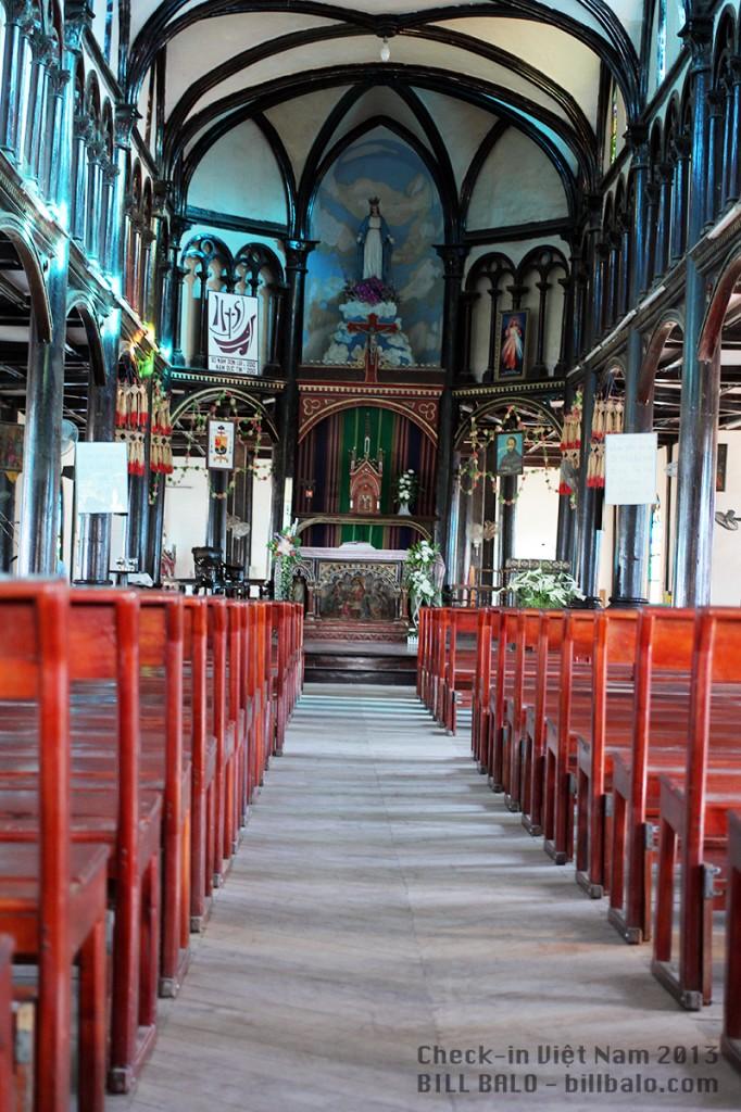 Bên trong nhà thờ gỗ
