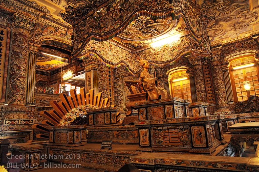 Ở dưới là mộ thật vua Khải Định, được người ta đào một đường hầm, rồi đưa từ ngoài vào, đổ hàng tấn đất đá phủ lên trên.
