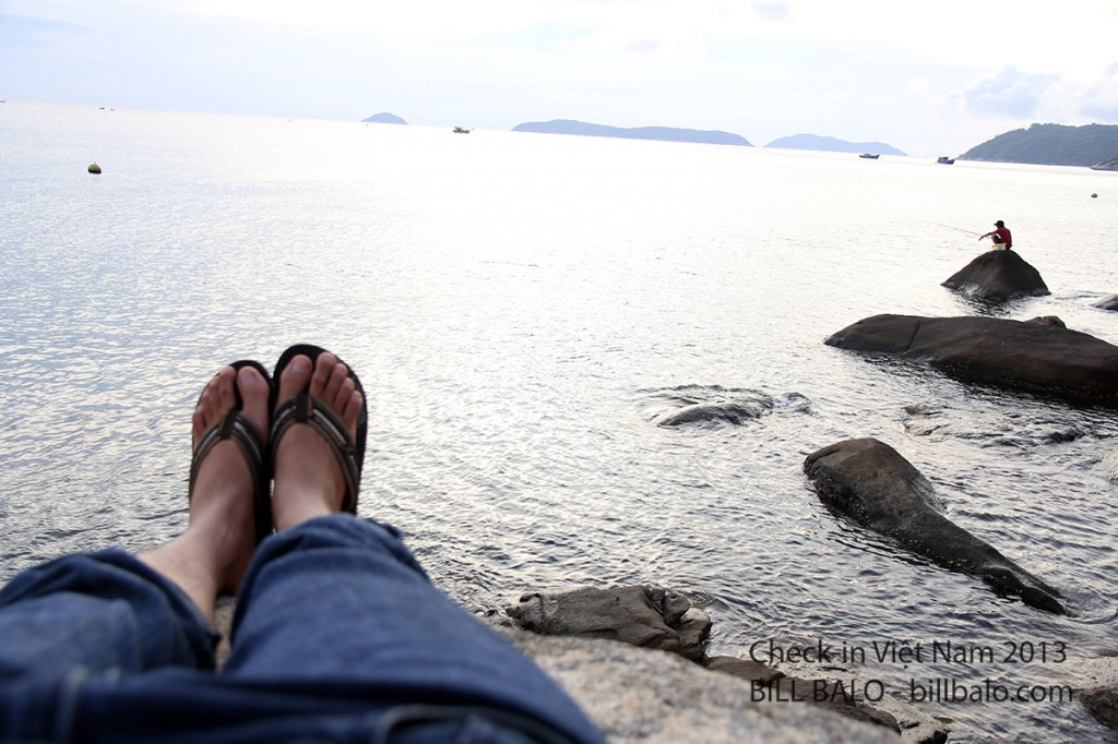 Nằm thư giãn trên mỏm đá