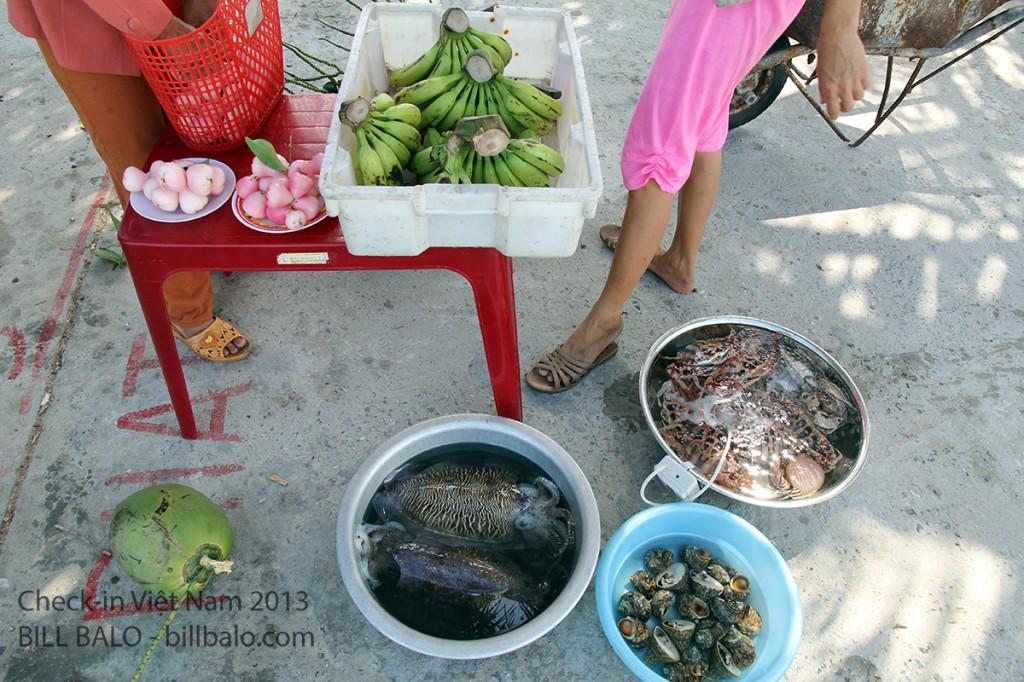 Bán từ hải sản cho tới trái cây trồng được trên đảo