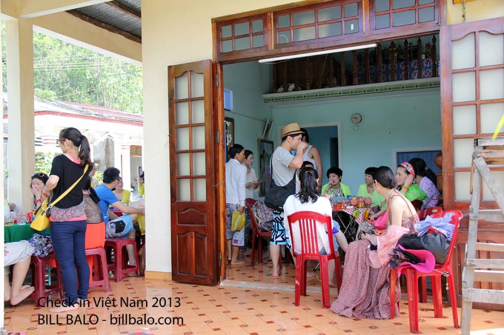 Khách uống nước tại nhà cô Lý - chỗ tôi ăn ở trong suốt thời gian ở bãi Hương