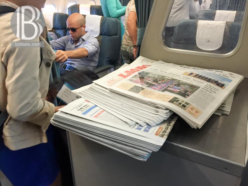 đọc báo trên máy bay